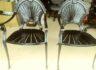 철제 캐비넷과 정원용 의자